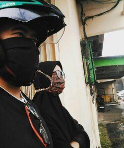 menggunakan masker